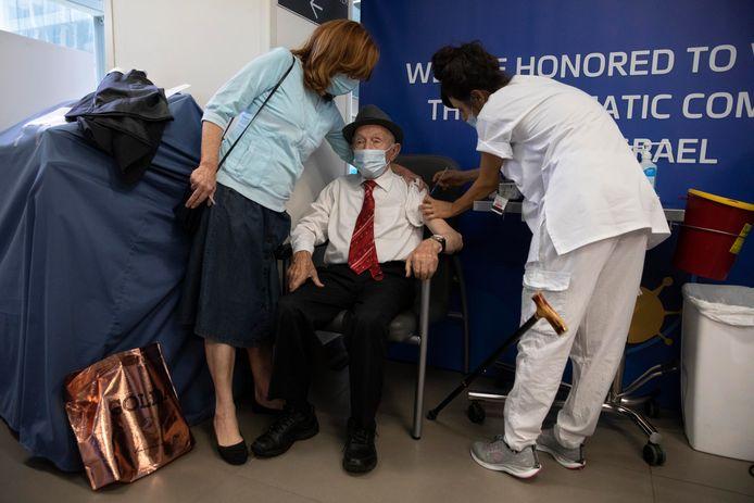 De 102-jarige Yehuda Widawsky krijgt zijn derde Pfizer-vaccin in  Tel Aviv.