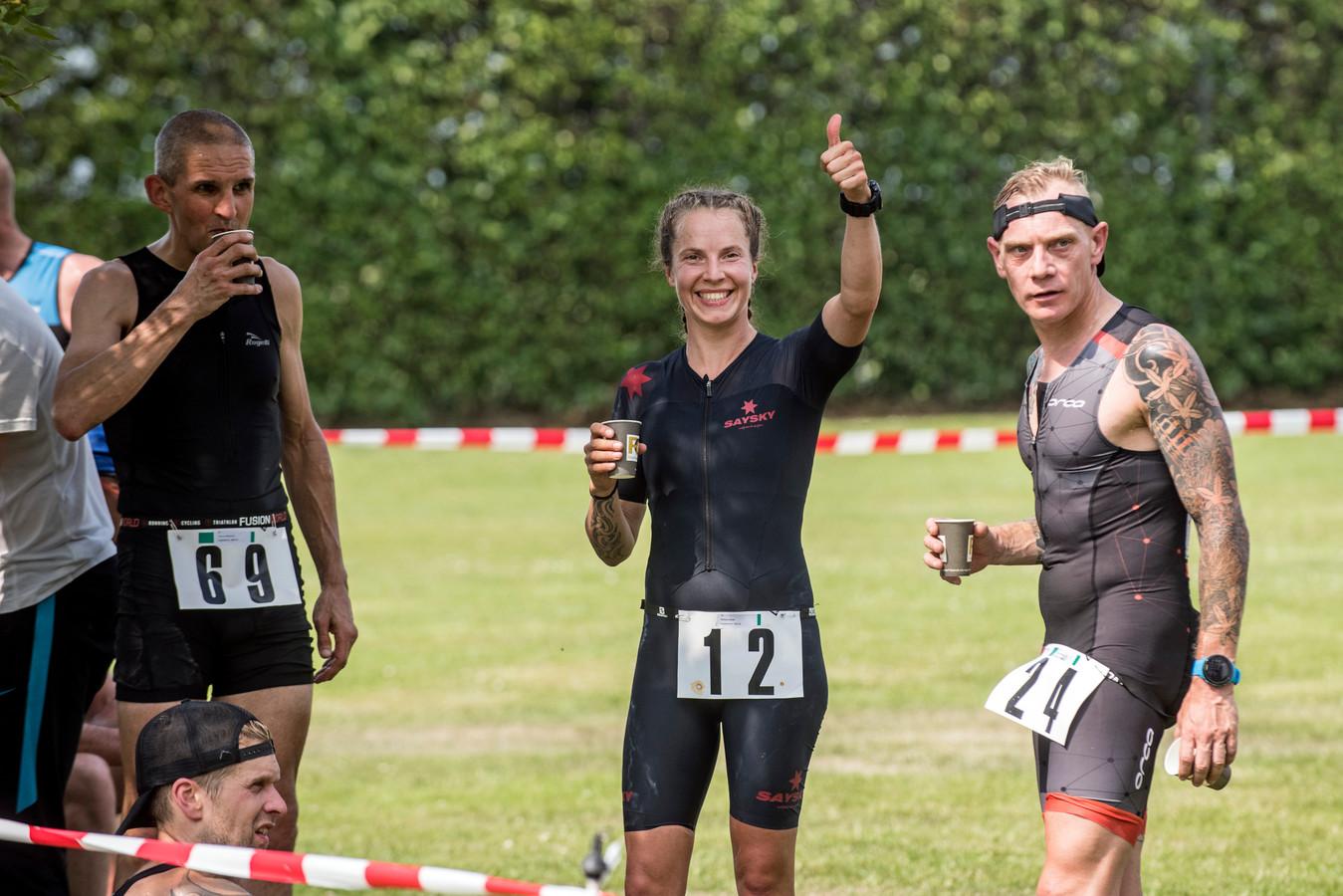 Nelleke Balde steekt haar duim op na haar winst in Wilhelminadorp. Rechts haar partner Dennis Heilbron.