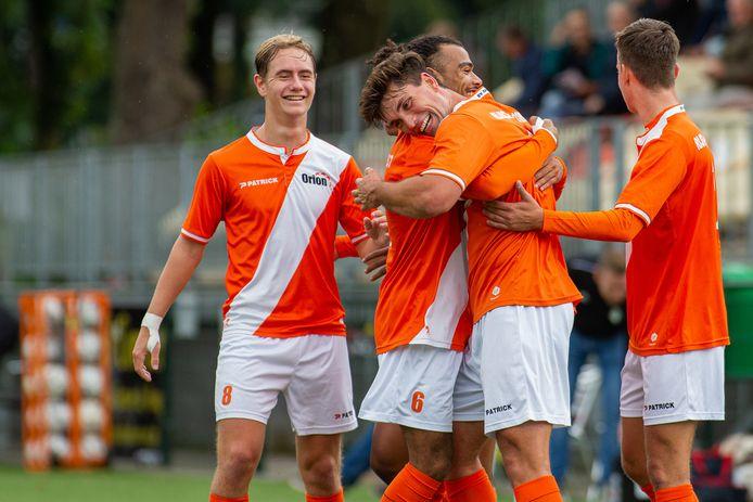 De voetballers van Orion vieren een doelpunt tegen Nuenen afgelopen seizoen.