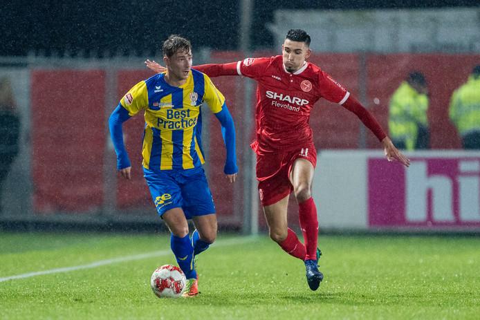 Dennis Hettinga (l)  namens TOP Oss in duel met Faris Hammouti van Almere City FC