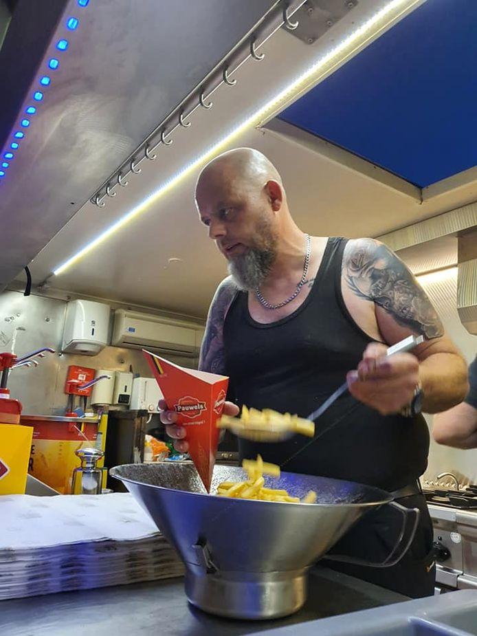 Friturist Peter Mauws van frituur Tivolo trok met Danny De Coninck en Carlo Herpoel naar Pepinster en Verviers om er gratis frietjes uit te delen.