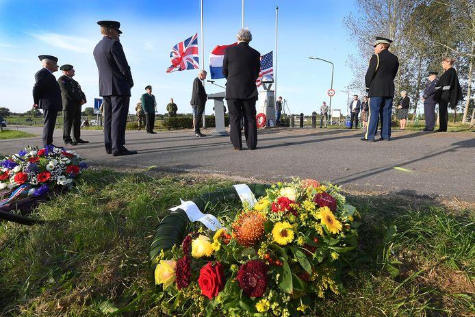 De herdenking bij de John S. Thompsonbrug in Grave werd vanwege corona klein gehouden. Het publiek was niet uitgenodigd.