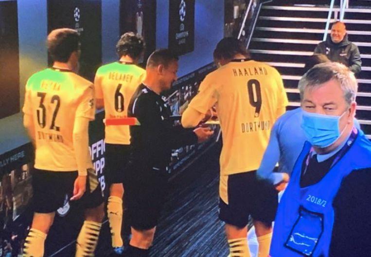 Haaland signeerde een paar kaarten van de lijnrechter in de spelerstunnel. Beeld Twitter