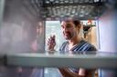 """Industrieel ontwerper Bjorn Maatman is bezig met een nieuw soort automaat. ,,Nog energiezuiniger, compacter en met innovatieve verlichting."""""""