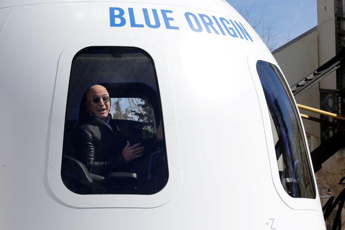 Jeff Bezos, fondateur d'Amazon et de Blue Origin, dans une maquette de la fusée d'appoint New Shepard.