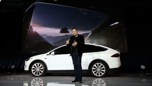 Tesla-CEO Elon Musk met een Tesla Model X.