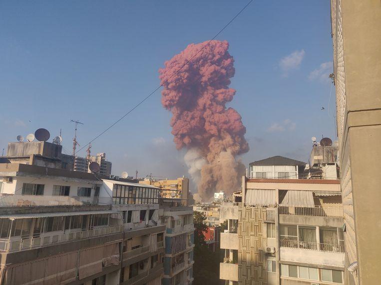 Op deze screenshot uit een video die circuleert op sociale media is de rood-oranje wolk te zien. Beeld Talal Traboulsi via Reuters