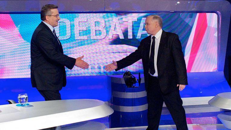 Debat tussen Jaroslaw Kaczynski (R) en de liberaal gezinde Komorowski tijdens de afgelopen verkiezingen. Beeld afp