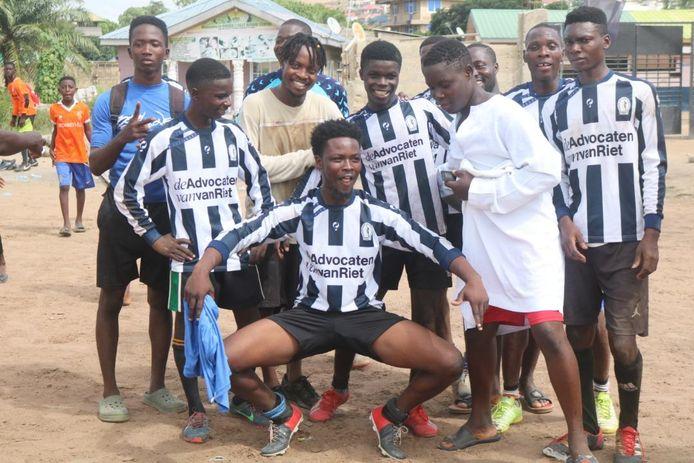 Trots en blij zijn deze Ghanese voetballers van FC Miracle met hun Hercules-outfit.