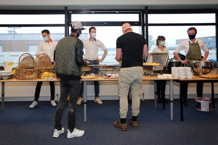20210405 - Breda - Daklozen krijgen een lekker paasontbijt/buffet aangeboden in het gebouw van Atea. FOTO: PIX4PROFS/ RAMON MANGOLD