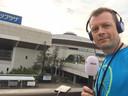 Maarten Tip als verslaggever bij het WK-volleybal voor dames in 2018 in Japan.