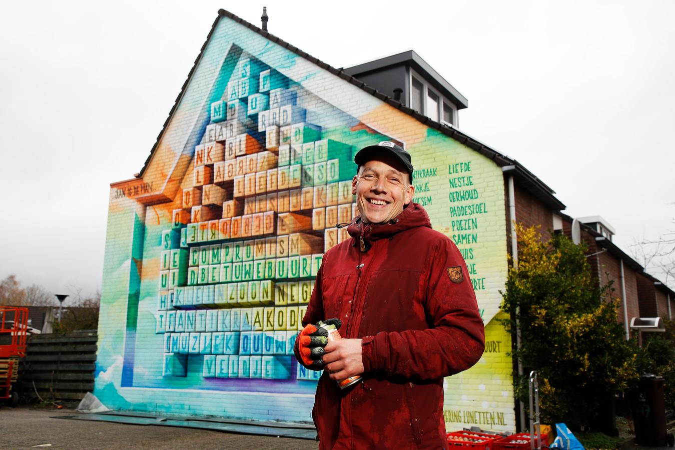 JanIsDeMan bij zijn muurschildering in de Utrechtse wijk Lunettten.