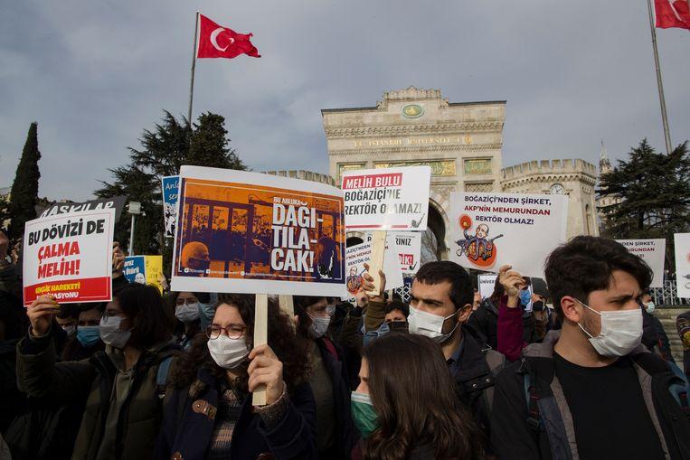 Docenten en studenten van de Bosporus Universiteit protesteren tegen de benoeming van de nieuwe rector.   Beeld EPA