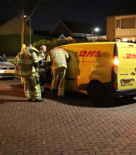 Brandweer bevrijdt pakketbezorger uit laadbak van eigen auto