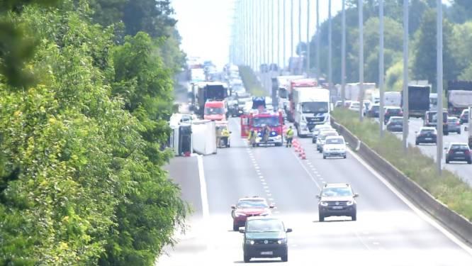 Vrachtwagen met gasflessen gekanteld op E40