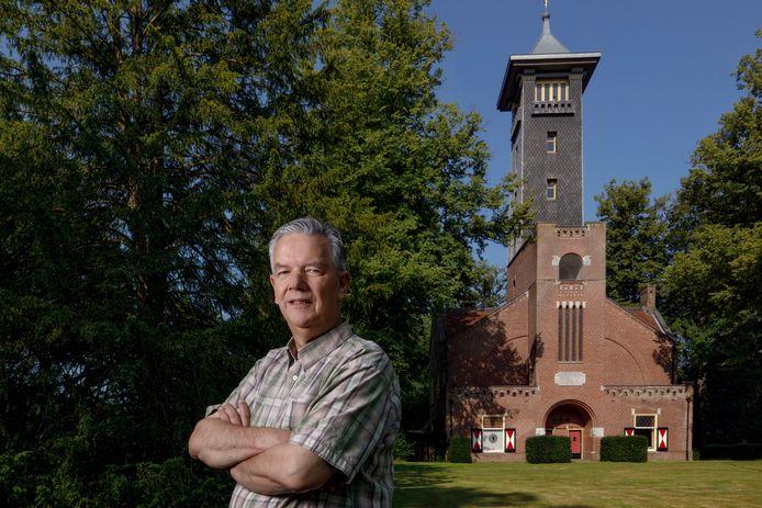 Harry Breviers bij de brandtoren met houtvestershuis op de Utrecht waar hij ook zelf woont.