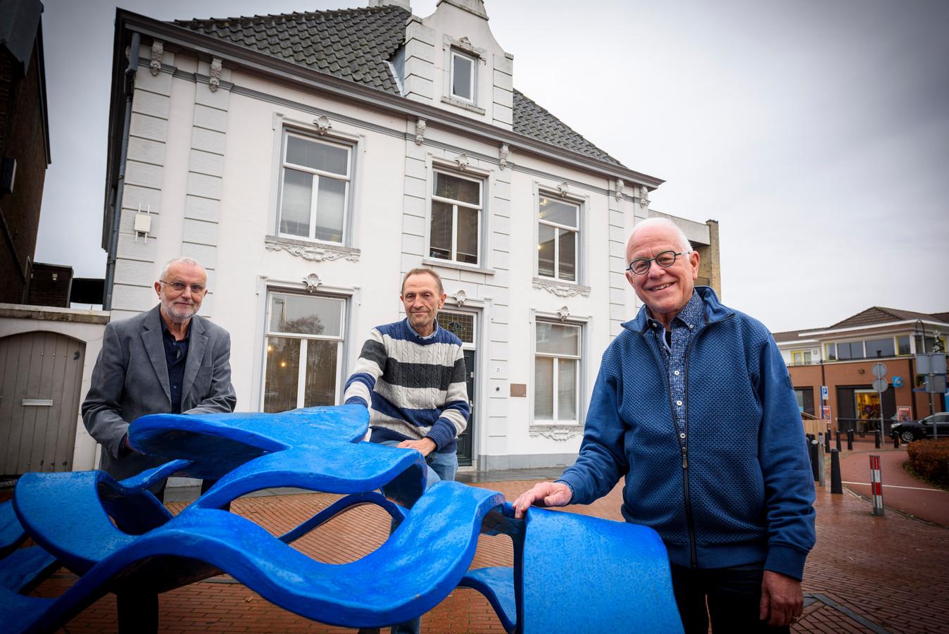 Dick Zweers, Louis Schats en Rudy Snel (v.l.n.r.) voor het notarishuis aan de Dorpstraat in Veldhoven. Dat pand blijkt ouder dan gedacht en wellicht het oudste van Veldhoven.
