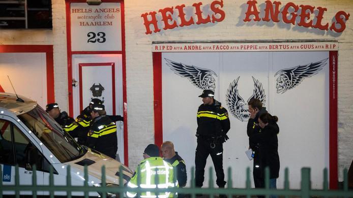 De politie is in januari bezig met een inval in het clubhuis van de motorclub Hells Angels in Haarlem.