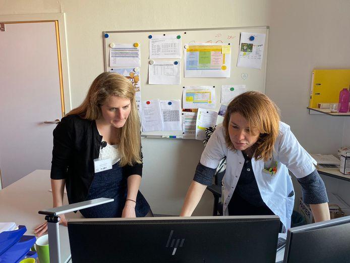 Communicatieveranwoordelijke Helena Polfliet (l.) en zorgmanager Vera Vertessen.