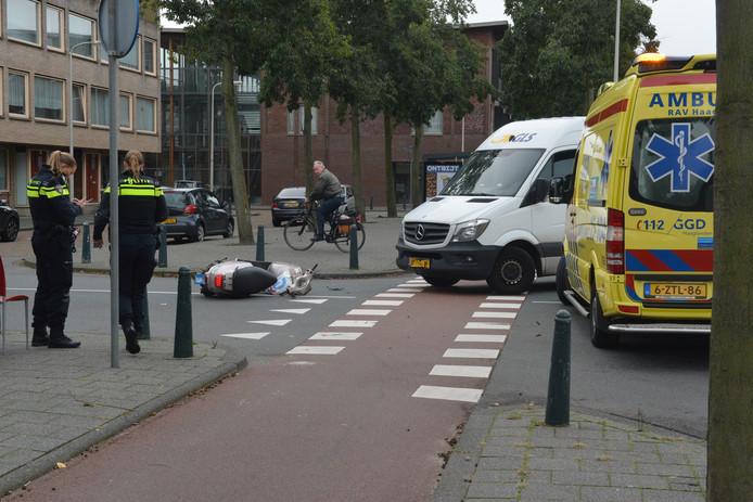 Bij het afslaan zag de bestuurder van de bestelbus de scooterrijder over het hoofd.