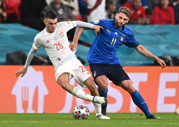 Pedri (links) in de halve finale van het EK in duel met de Italiaan Domenico Berardi. Beeld Reuters