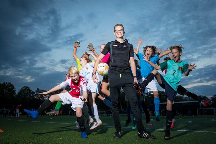 Leon Ruitenberg met 'zijn' voetballertjes van FC Dalfsen.