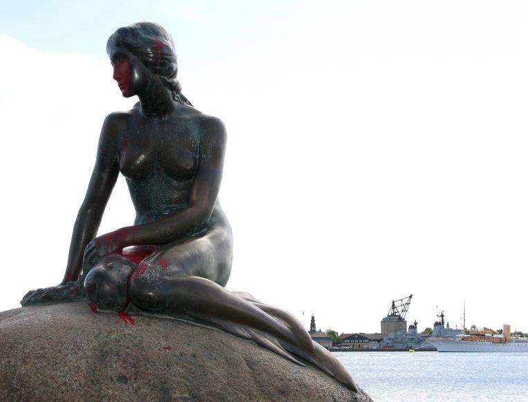Het beeld van de zeemeermin in Kopenhagen, die regelmatig beklad wordt.  Beeld EPA