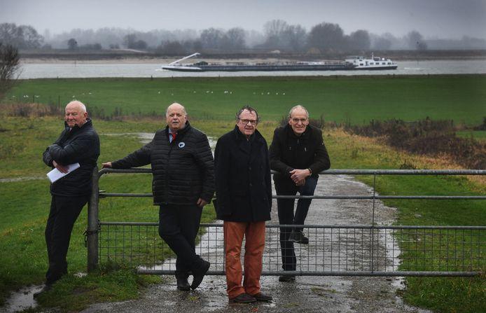 De poldermannen van 1995: Hans van Leeuwen, Jan Litjens, Henk Zomerdijk en Ger de Vrieze op de dijk bij Ochten.