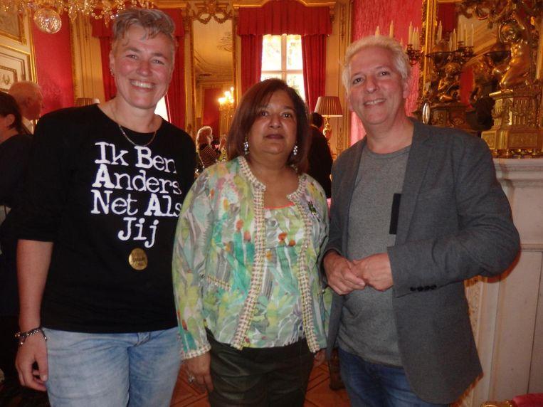 Sanne van der Leij en Sandra Chedi van StreetSmart, en Hans Wijnands (De Regenboog). Beeld Schuim