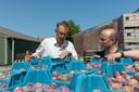 Bart Schoonebeek (r) van Boerschappen uit Breda bekijkt de 3 mm te kleine pruimen van Kees Hamelink.