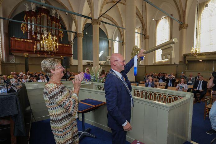 Koelewijn laat de gouden sleutel van Kampen zien.