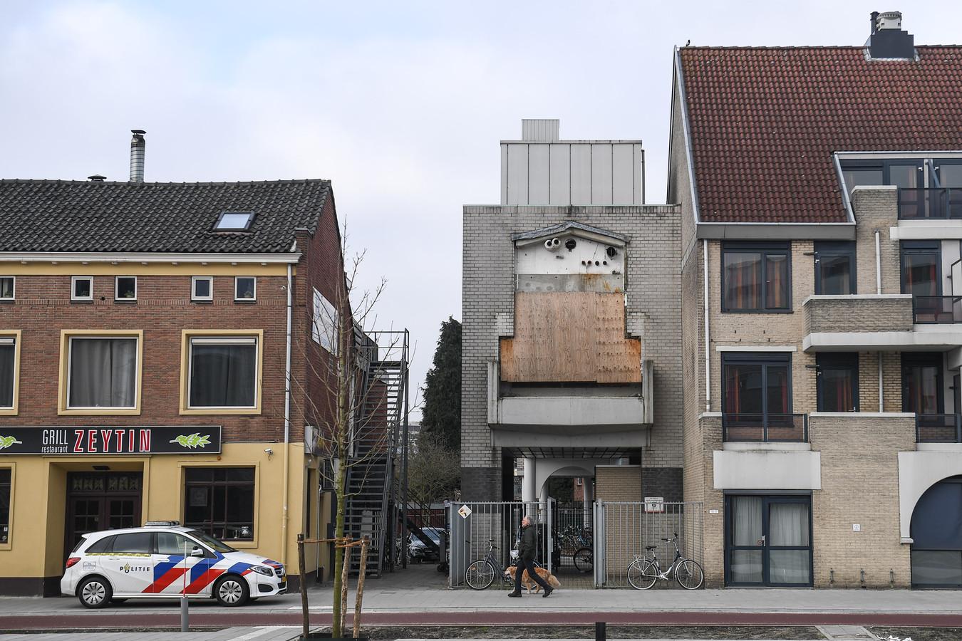 Het restant van de gesloopte ziekenhuis-loopbrug over de Haaksbergerstraat wordt getransformeerd tot twee ruime appartementen. Rechts het gebouw Stadsweide.