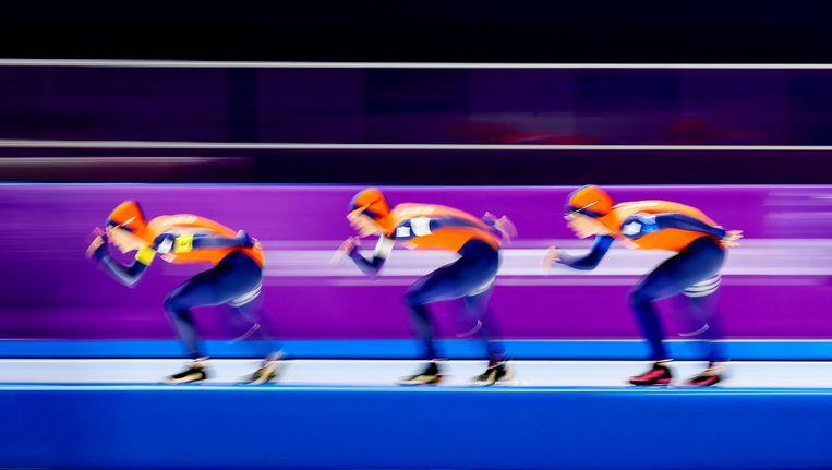 Ireen Wust, Marrit Leenstra en Antoinette de Jong tijdens de kwalificaties ploegenachtervolging schaatsen Beeld anp