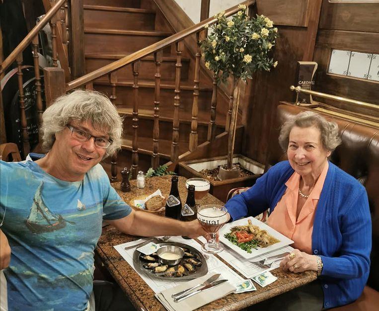 Serge Deruette met zijn moeder Mariette Leclef, het vierde dodelijke coronaslachtoffer in ons land.  Beeld Tim Dirven