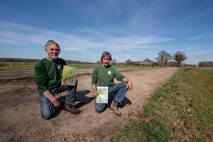 Greun Hoolt'n-vrijwilligers Ep Krikkink (links) en Gerrit Rensen  aan de Valeweg, waar de gemeente een bermstrook heeft kaal gemaakt opdat er bloemen en kruiden kunnen groeien.