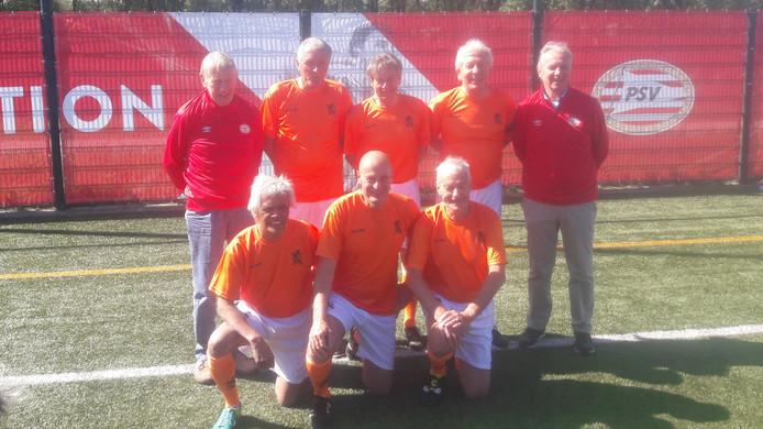 Het 'Wandel-Oranje' van 15 mei 2019, met de coaches Peter Kemper (geheel links) en Willy van der Kuijlen (geheel rechts). Onder de spelers de oud-PSV'ers Jan Poortvliet (midden onder), Harry Lubse (tweede van rechts, boven) en Eef Mulders (midden boven).