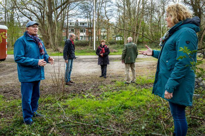 Jan van Dijk (links) en andere bewoners van de Merkesstraat op de plek waar mogelijk een waterbuffer komt