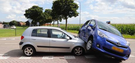 Auto's belanden op elkaar bij botsing in Overloon