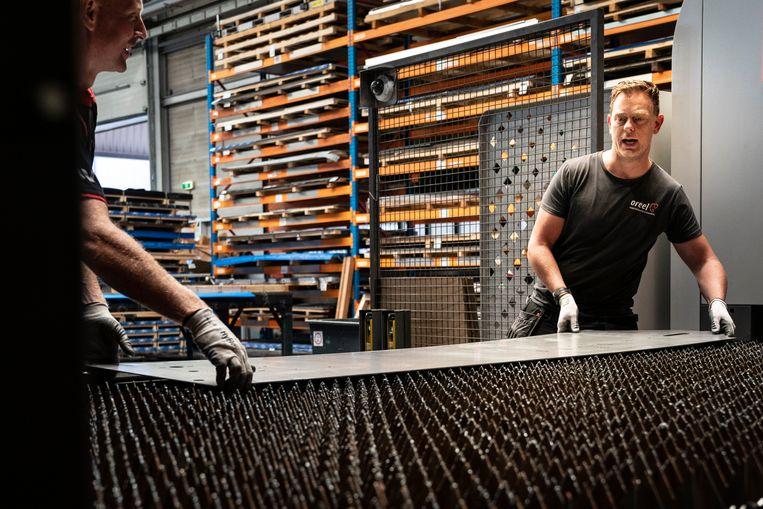 Klaas-Jan de Goede (rechts) werkte jarenlang in een drukkerij, maar stapte over naar metaalbedrijf Oreel. Beeld Reyer Boxem