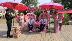 IN BEELD. Eerste homohuwelijk op Tomorrowland kleurt knalroze