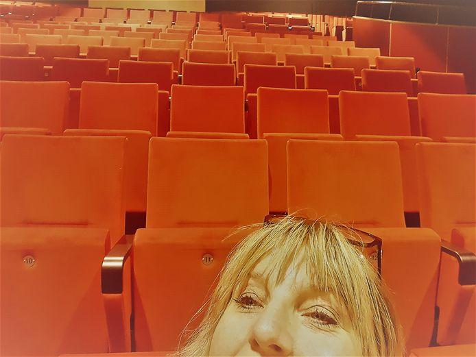 Programmeur Laura Reymer portretteert zichzelf in de lege theaterzaal van het Kulturhus Borne.