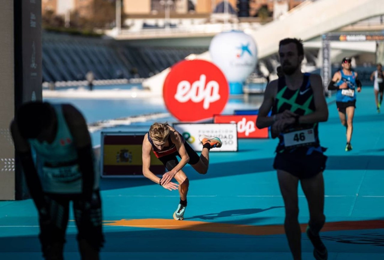 Frank Futselaar komt met een snoekduik over de finish in Valencia, waar hij de olympische limiet liep.