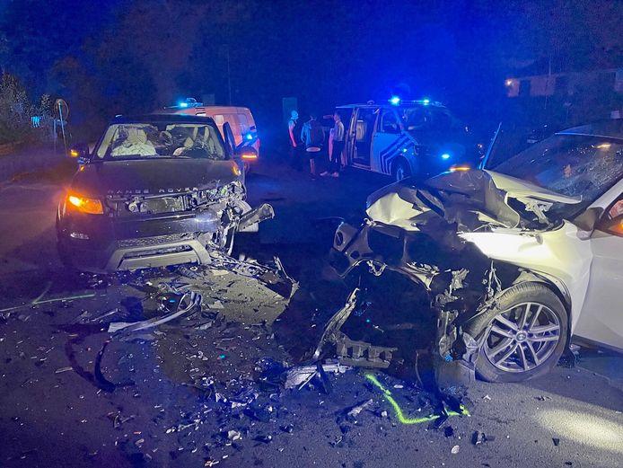 Zowel de BMW als de Range Rover liepen zware schade op bij de botsing.