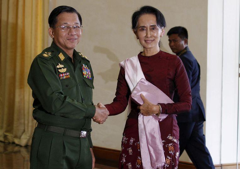 Generaal Min Aung Hlaing poseert met Aung San Suu Kyi in 2015. Beeld Reuters