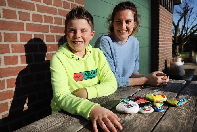 Manon van der Poel maakt en verstopt samen met haar zoon Dean Happy Stones.