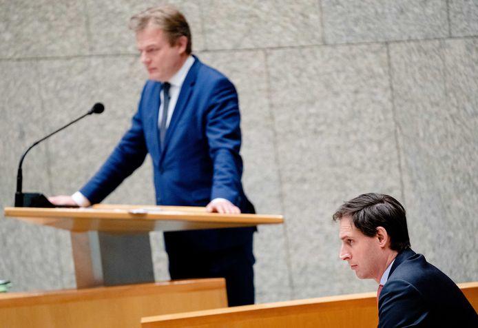 Pieter Omtzigt (CDA) en demissionair minister Wopke Hoekstra van Financiën (CDA) tijdens een debat over het aftreden van het kabinet.