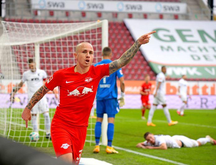 Angeliño loopt juichend weg nadat hij RB Leipzig op voorsprong heeft gezet.