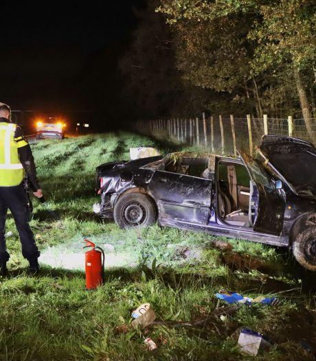 Auto over de kop langs A1 bij De Lutte: bestuurder gewond