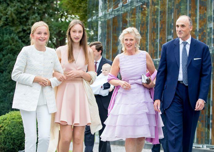 Prinses Laetitia staat centraal op de foto, in rooskleurige jurk.
