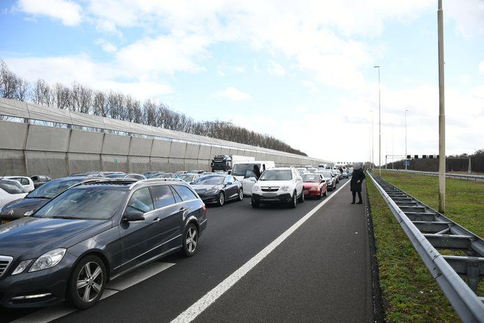 A2 tussen Utrecht en Breukelen is dicht na brand bij een tankstation.